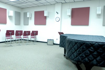 Sound-isolating practice room equipped with digital signal processing