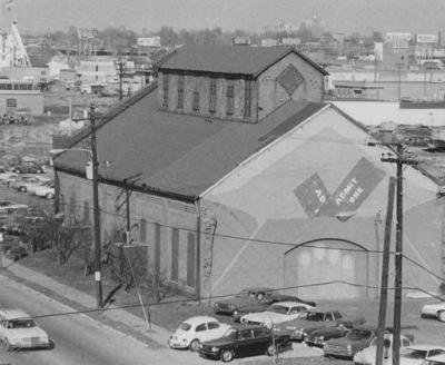 early picture of the redbarn surrounded by cars
