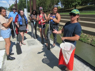 UofL's Dr. Tamara Sluss discusses Ohio River water quality with the Sustainability Living-Learning Community during an August 2019 Canoe Trip.